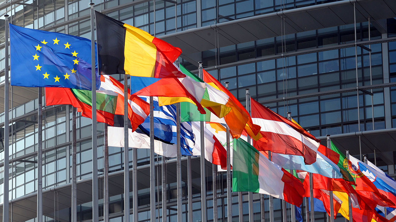 EU-parliament-flags_COM